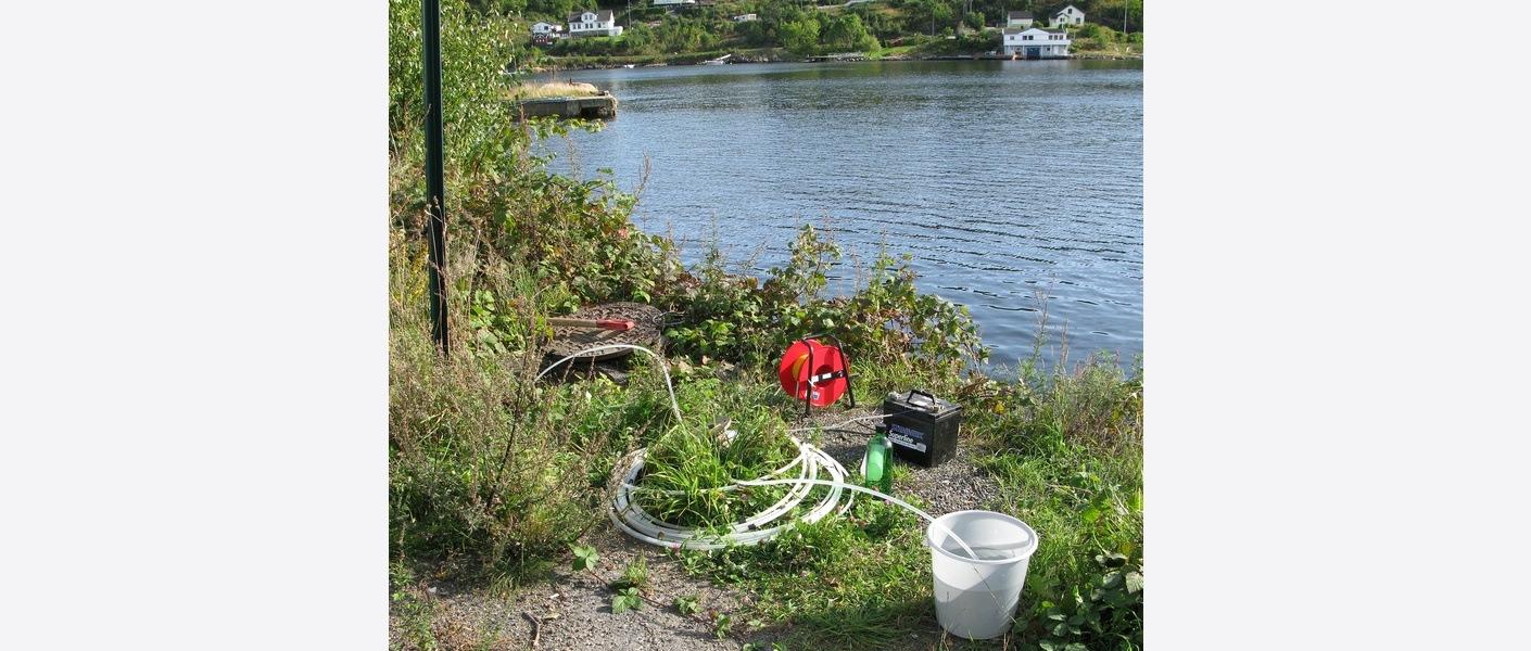Prøvetaking i grunnvannsbrønner for analyse av forurensninger i sjøkantdeponi. Foto: Peter Snilsberg / Asplan Viak.