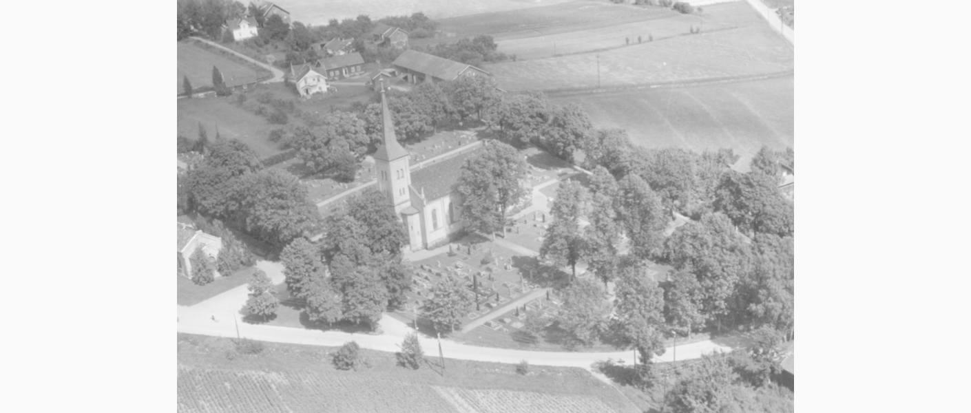 Studier av eldre bilder som en del av bevaringsarbeidet. Bryn kirkegård 1954. Foto: Widerøes flyveselskap og Polarfly AS, Bærumssamlingen