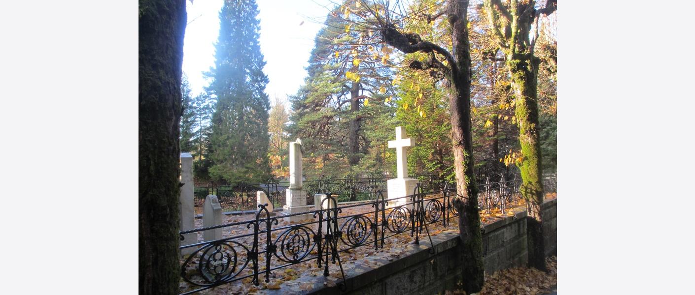 Manglende vernestatus for gravmiljø påpekes.  Arendal kirkegård. Foto: Asplan Viak
