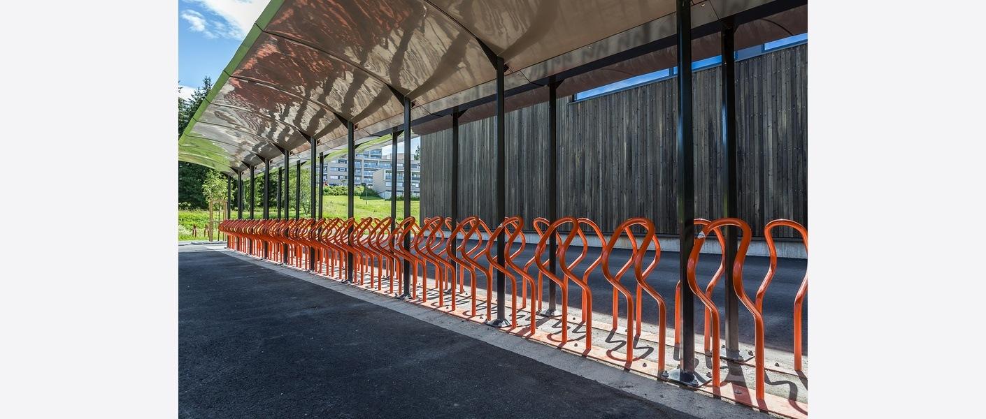 Halvparten av skolens 148 sykkelparkeringsplasser er under tak og har belysning. FutureBuilt v/Tove Lauluten