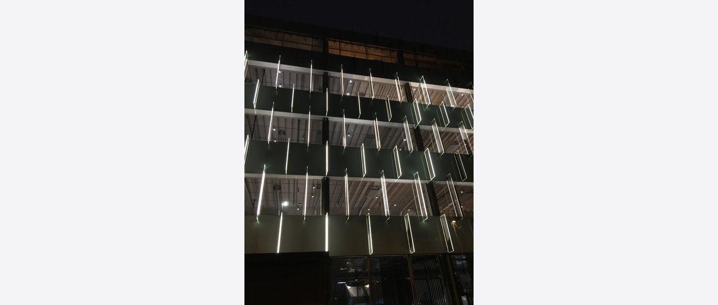 Om kvelden kaster fasaden lys, og bidrar til økt trygghet i den store parken. Foto: Asplan Viak