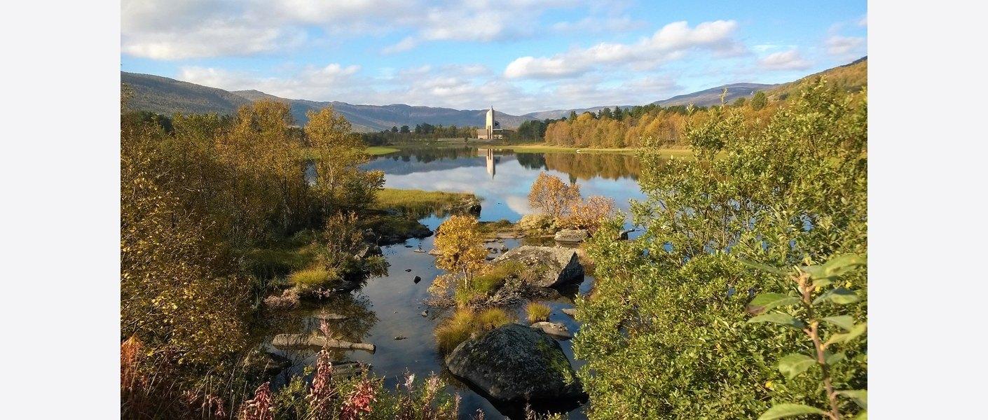 Geilo kulturkirke med Slåttahølen. Foto: Marianne Laa / Asplan Viak