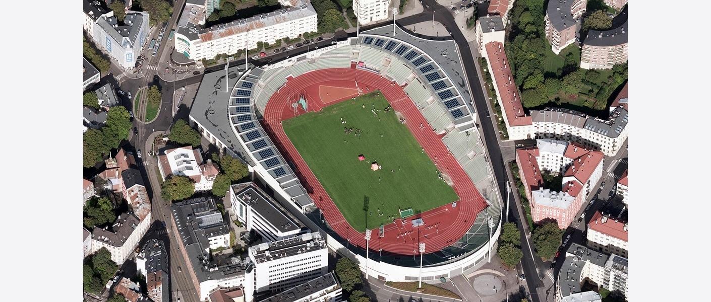 Bislett stadion var Norges første idrettsarena med solceller på taket og har også et batteri som lagrer strøm til forbruk om natta. Foto: Asplan Viak