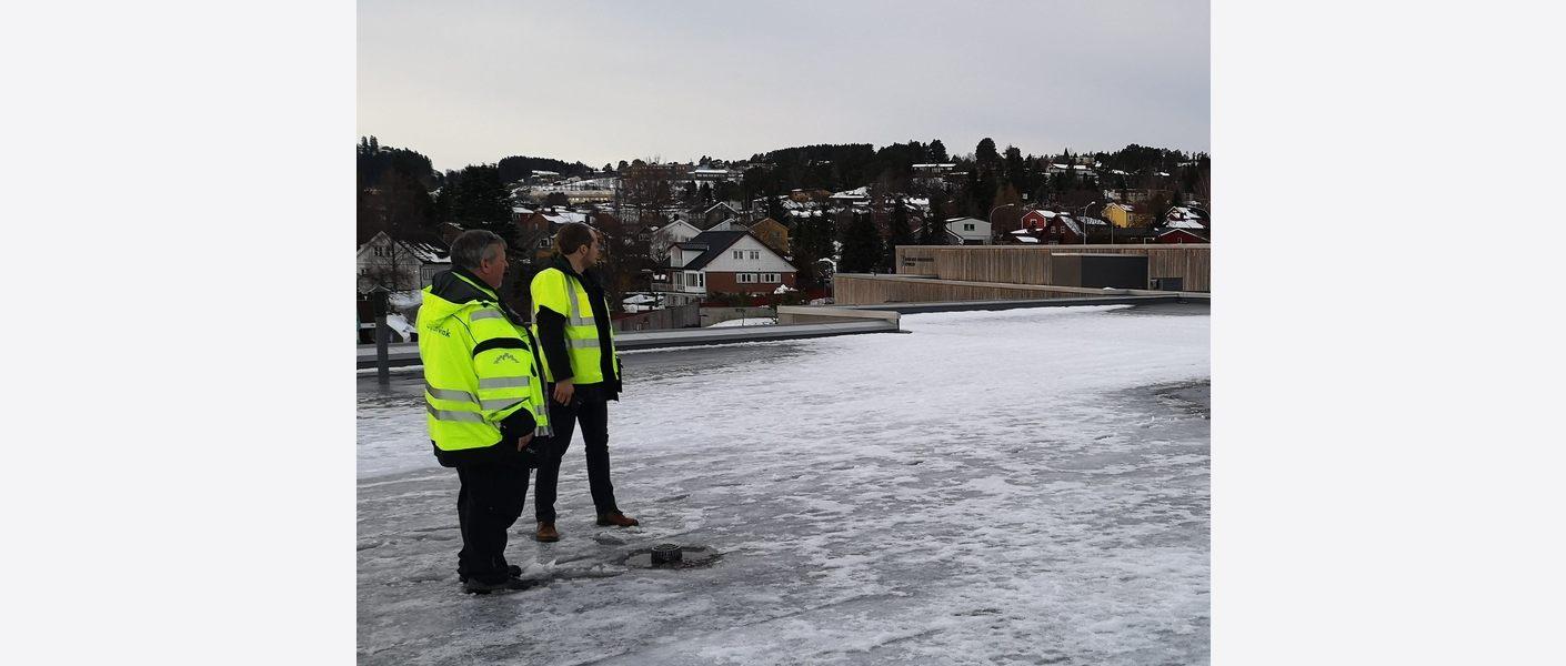 Asplan Viak på befaring på taket av Åsveien skole i Trondheim. Foto: Asplan Viak