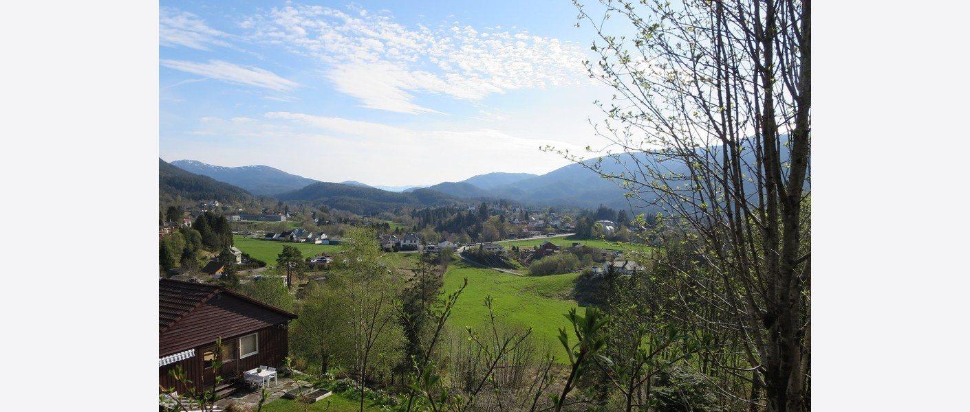 Søfteland er omgitt av eit aktivt jordbruk som held landskapet omkring tettstaden ope. Foto: Asplan Viak