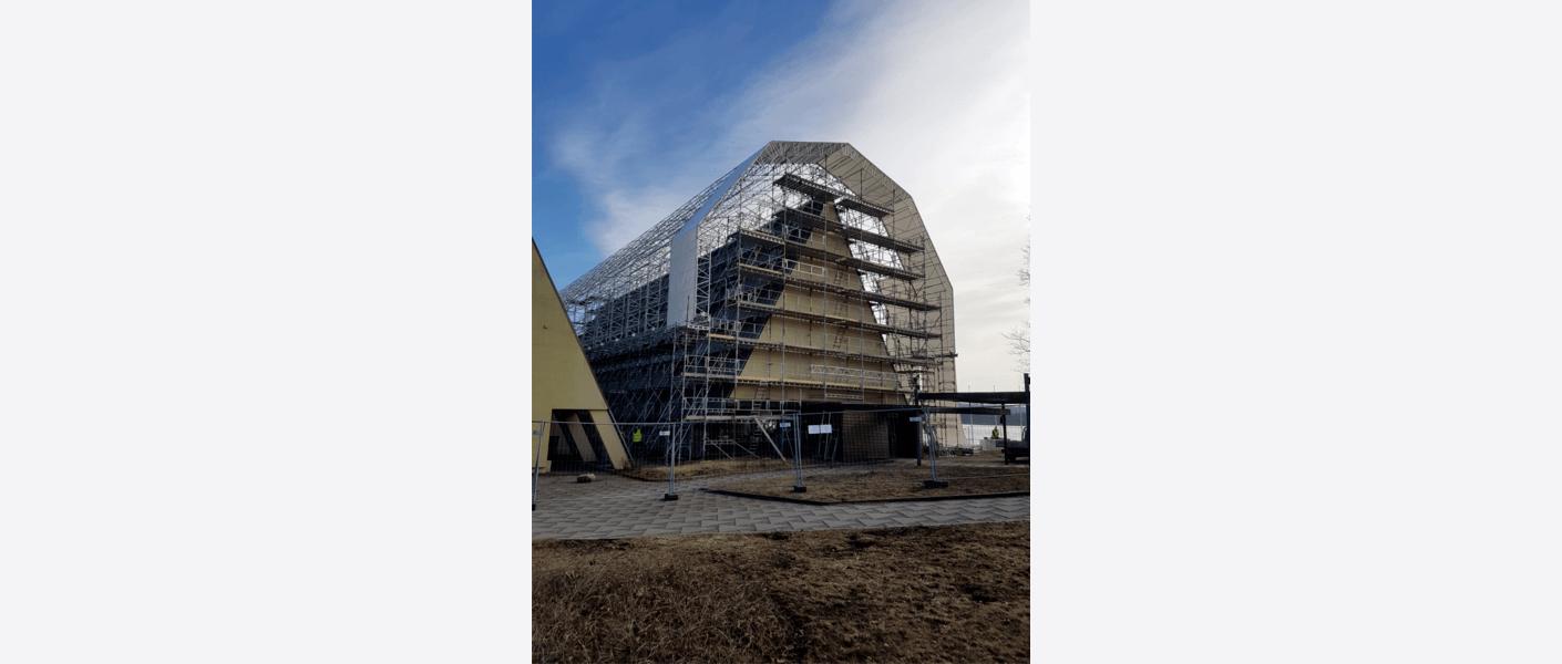 For å beskytte bygningsmassen under utførelsesfasen ble stillaset bygget med en tak-over-tak-løsning. Foto: Egil Eide/Asplan Viak