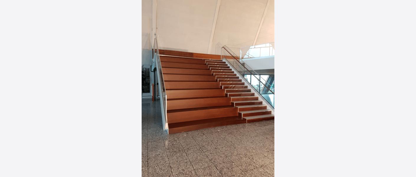 Ny trapp med amfi ble bygget for god tilgang til mesanin og mulighet for samling av grupper. Foto: Egil Eide/Asplan Viak