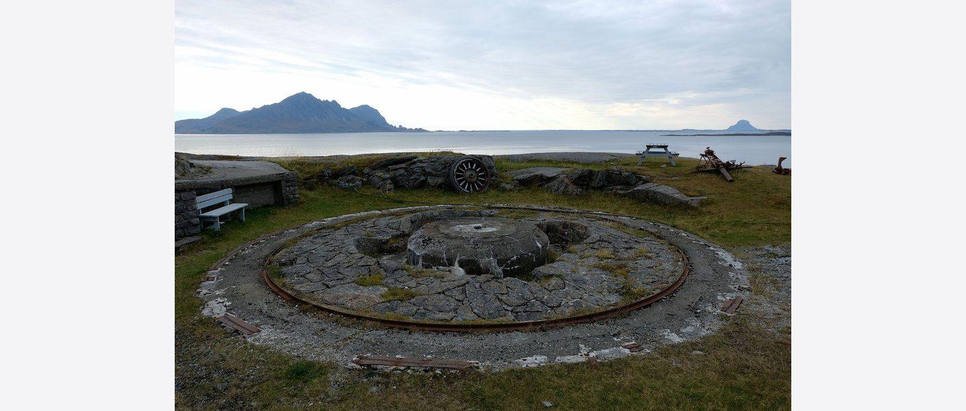 Kanonstilling fra kystfortet med utsikt over sjøen og leia. Foto: Asplan Viak