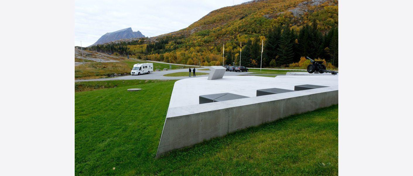 Forplassen med benker, bord, informasjonsmøbel og samspill med landskapet rundt. Foto: Asplan Viak