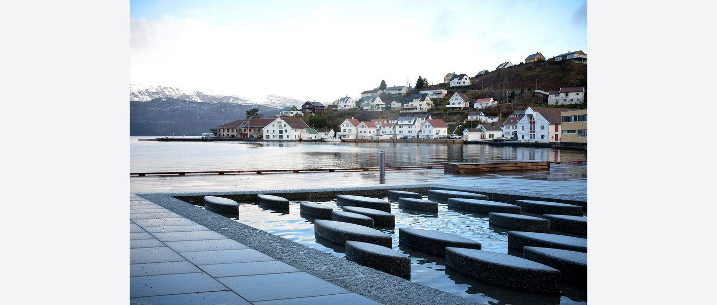 Lakseelva Suldalslågen har vært inspirasjon for designet på fontenen. Foto: Asplan Viak