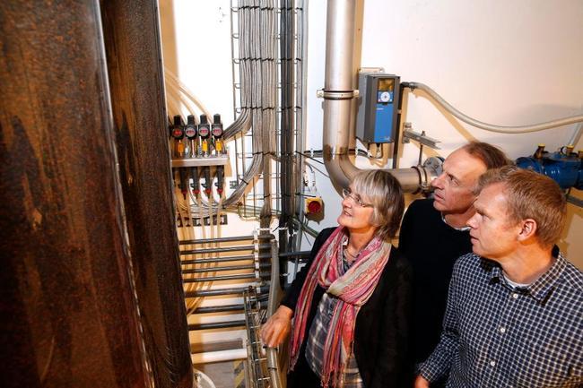 Pilotanlegg: Karin Sogn (Asker og Bærum Vannverk), Jon Mobråten (Asker og Bærum Vannverk) og Jon Brandt (Asplan Viak) studerer en ny prosess for å rense drikkevann. Foto: Knut Bjerke, Budstikka.