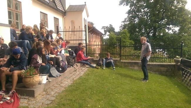 Trond Berget underviser elevene om sykkelplanlegging. Foto: Asplan Viak