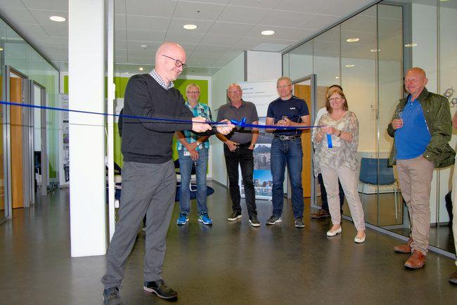 Divisjonsdirektør for Bygg og Infrastruktur, Roger Blekkan, fikk æren av å åpne kontoret i Ålesund. Foto: Asplan Viak