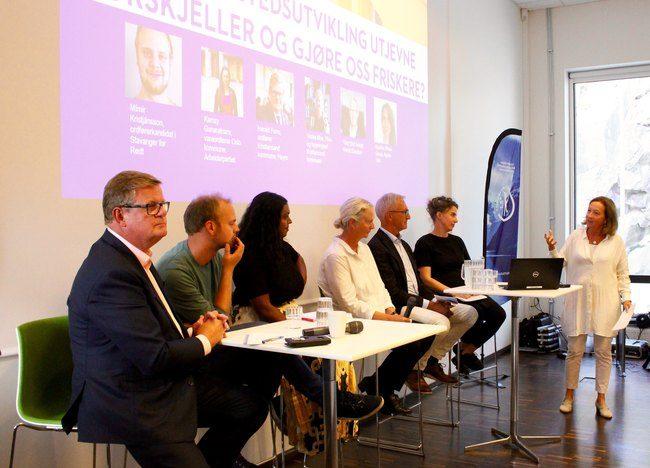 Asplan Viaks fagdirektør for Plan og Arkitektur, Netten Østberg, ledet debatten på arrangementet. Foto: Asplan Viak