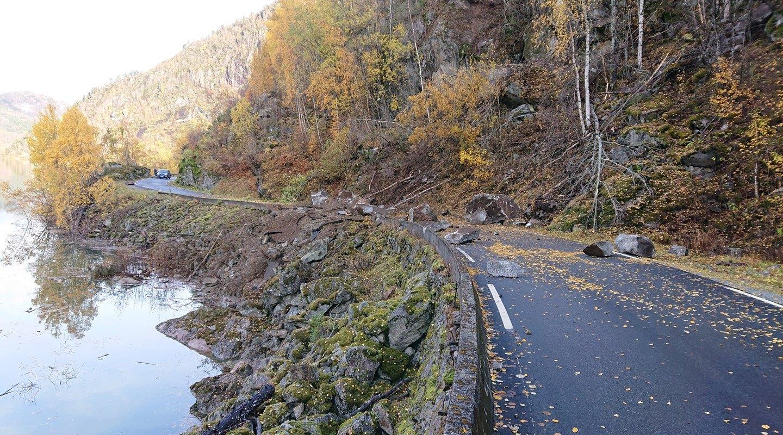 Steinsprang ned på veg. Foto: Jan Helge Aalbu / Asplan Viak.