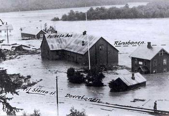 Trygg vannforsyning med fokus på grunnvann / Bilde fra Støren under storflommen i 1942. Det meste av Støren sentrum inkl. Rørosbanen og Dovrebanen ligger under vann. Foto: Olaf Strand / NVEs arkiv.