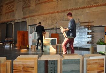Ombruk av byggematerialer  -  et bærekraftig førstevalg / Returtremoduler til ombrukbar byggeblokk under montering til utstillingen Lev Vel på DogA i Oslo oktober 2014. Foto: Nordic Built Component Reuse.