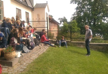 Bærekraftig byutvikling på timeplanen / Trond Berget underviser elevene om sykkelplanlegging. Foto: Asplan Viak