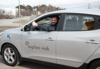 Asplan Viak tar styring for fremtiden - vår første hydrogenbil er på plass / Øyvind Mork, adm. dir. Asplan Viak, tar den første prøveturen med hydrogenbilen. Foto: Asplan Viak