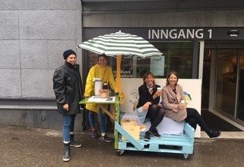 Oppsøkende brukermedvirkning  / Asplan Viaks rådgivere inviterer beboere på kaffe. Fra venstre  Ragnhild Sletten Augustsen, Karoline Birkeli-Gauss, May Britt Hernes og Kari Kiil.