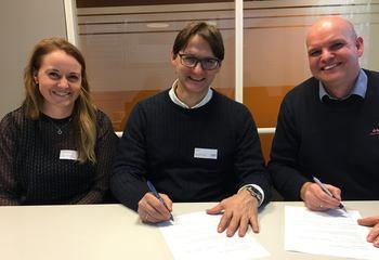 Asplan Viak har skrevet rammeavtale med Statens vegvesen / Fra venstre: Vibeche Håheim Kind, gruppeleder Samferdsel, Dag Hveding, avdelingsleder Samferdsel og Arnt-Ivar Weum, seksjonsleder i Statens vegvesen.