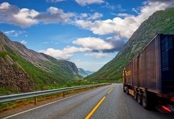 Lastebiltrafikken mellom Aust- og Vestlandet aukar  - stikk imot målsettinga i Nasjonal transportplan / Vegtransporten aukar meir enn bane- og sjøtransporten. Dei siste sju åra har lastebiltransporten hatt ei auke på 100 000 turar. Foto: Shutterstock