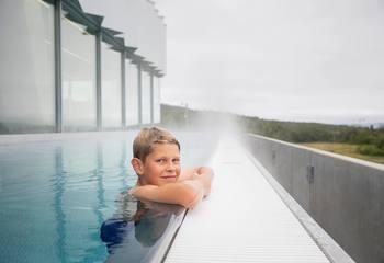 Asplan Viak er stolt leverandør av Tromsøbadet / I utebassenget kan publikum nyte flott nordnorsk natur året rundt. Foto: Tromsøbadet