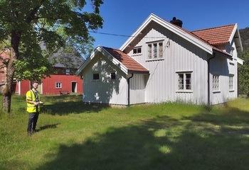 Asplan Viak app-registrerer bygninger for Riksantikvaren / Samuel Billaud Feragen på feltarbeid i Gjerstad kommune, hvor Asplan Viak testet ut systemet for registreringen av verneverdige bygninger. Foto: Asplan Viak